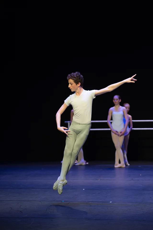 Raphaël a été sélectionné pour participer au stage de danse de l'Opéra de Paris cet été et il a été reçu au Conservatoire National Supérieur de Paris pour la rentrée prochaine.