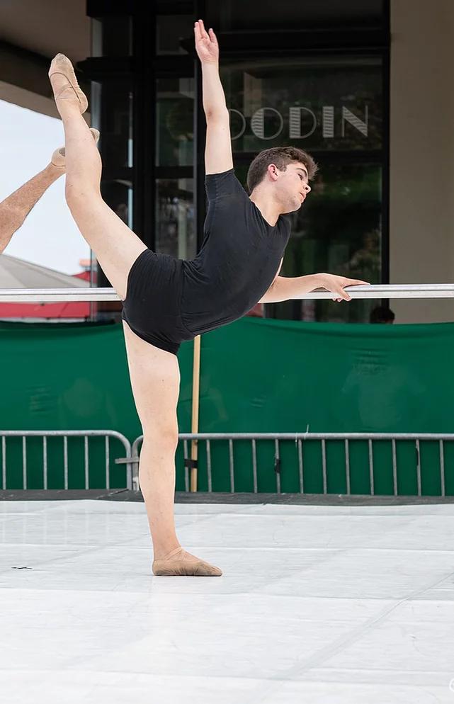 Carlos rejoint l'Area Jeune Ballet à Genève.