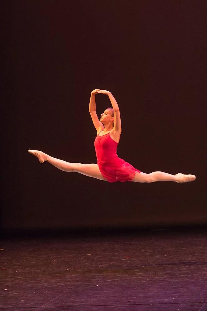 Lara intègre le Jeune Ballet de Toscane à Florence.