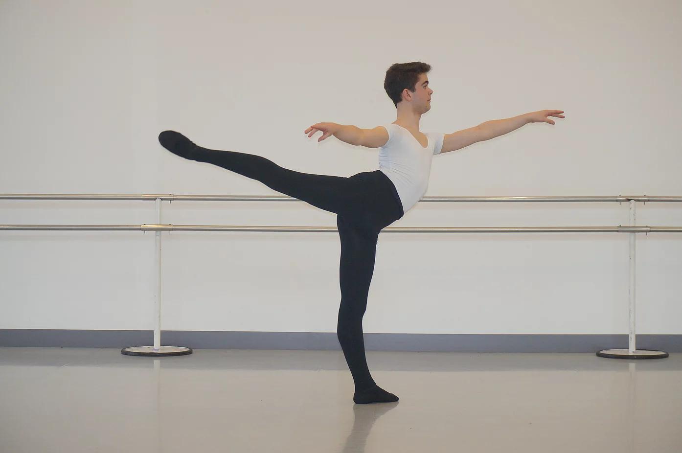 Carlos a été sélectionné sur audition pour participer aux Summer intensive courses (stages internationaux intensifs) du HET National à Amsterdam, de la Palucca Schulle à Dresde et de l'American Ballet Theater de Los Angeles ou il a obtenu une bourse.