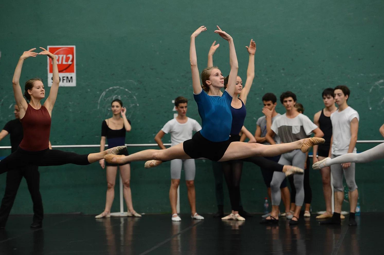 Loré engagée au ballet Rudra Béjart en Suisse puis engagée au ballet National d'Innsbruck, Autriche.