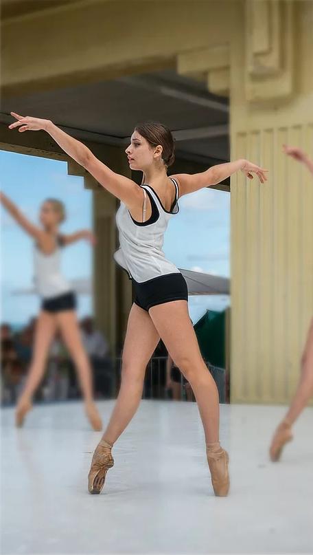 Margaux a été reçue au programme Kibbutz Contempory en Israël pour la rentrée 2017-2018 et à la School of Toronto Dance Theatre, mais elle a choisi la formation Codarts university à Rotterdam.