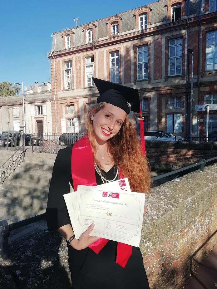 Romane a terminé sa licence de droit à la European School of Law, et a réussi son concours d'entrée à Sciences Po Paris où elle est actuellement en Master Droit économique, tout en étant chargée de mission pour le ministère de la justice. 2019