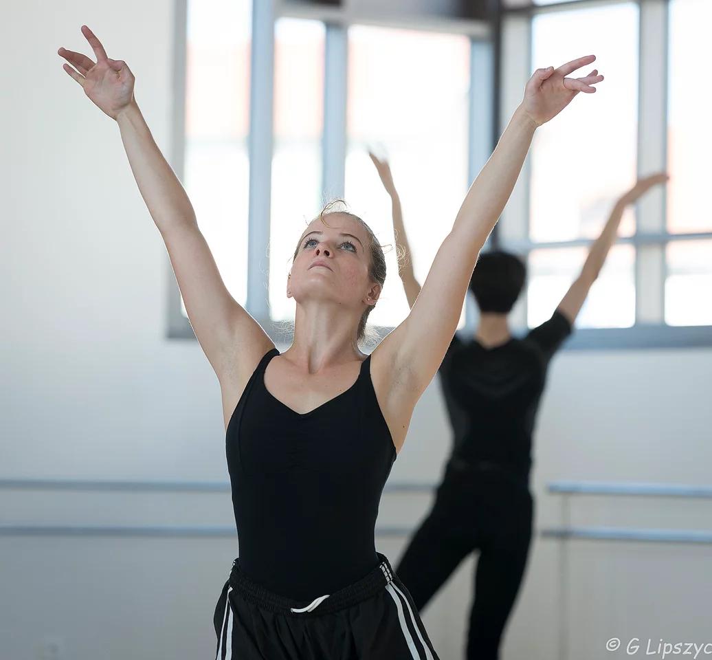 Après son passage dans le Centre de Formation de la Kibbutz Contemporary Dance Company, Sixtine intègre une prépa en école d'ingénieur .
