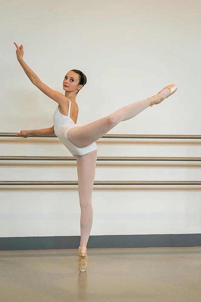 Nina a été engagée à l'Opéra de Nice pour danser dans la production de Don Quichotte.
