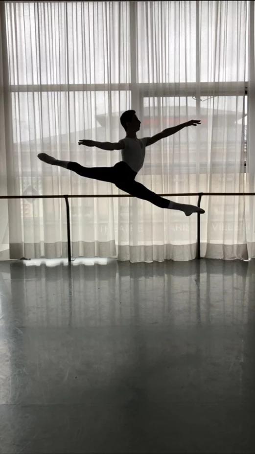 Raphaël, cette année au Conservatoire Supérieur de Paris, a été admis au stage d'été du Royal Ballet à Londres.