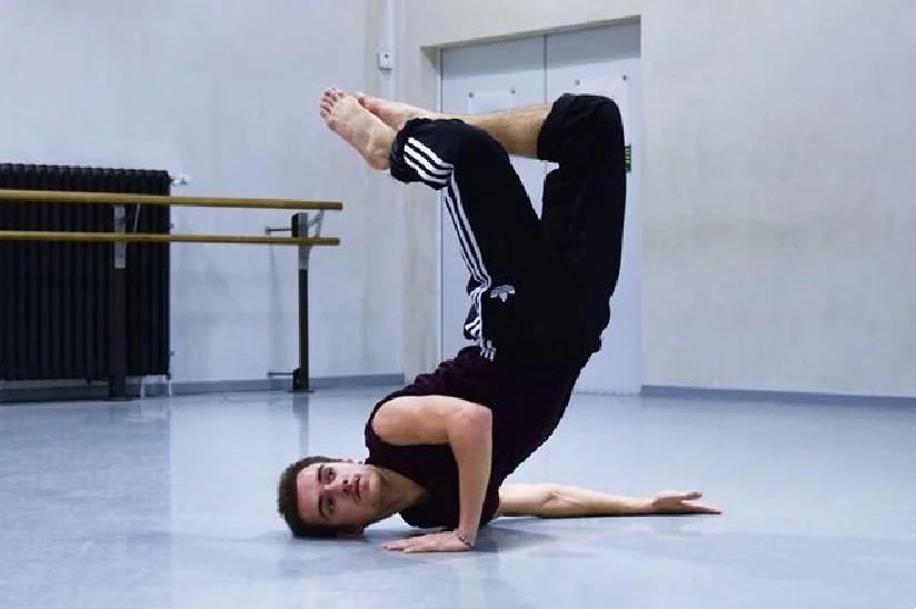 Baptiste a terminé sa formation au jeune ballet de Genève et est actuellement danseur free lance sur Genève.