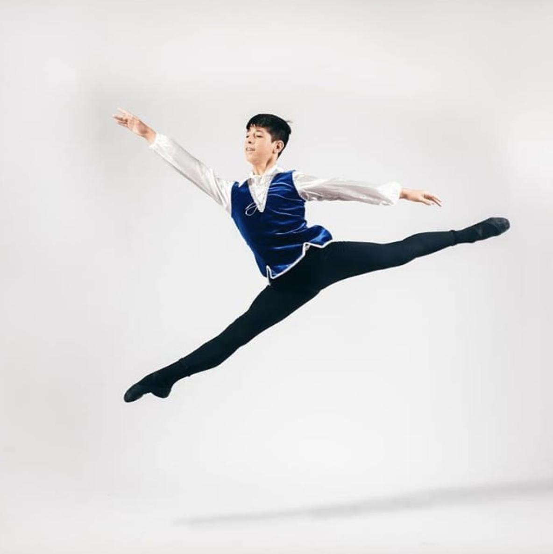 Mikel a été reçu au Conservatoire Supérieur National en Danse de Paris.